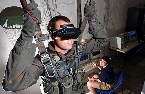 Personal de la Armada de los Estados Unidos usando un sistema de realidad virtual para entrenarse