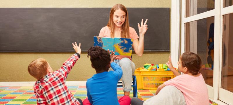 Profesora en clase con tres niños