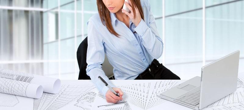 Joven arquitecta trabajando en un proyecto sobre su mesa