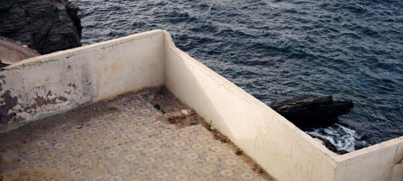 Balcón viejo con vistas al mar.