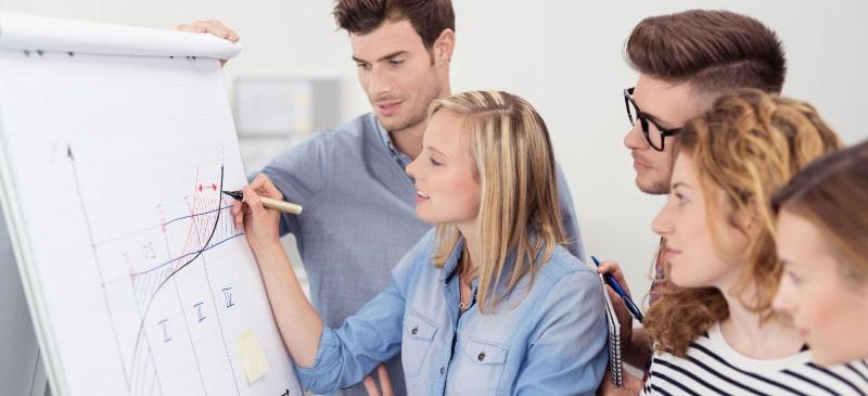 Un grupo de empresarios analiza una gráfica sobre la evolución del mercado