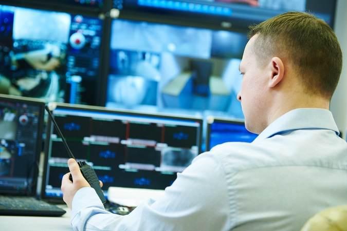 Un policía delante de unas pantallas de vigilancia