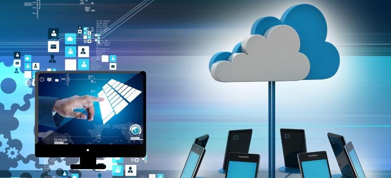 Imagen de una nube rodeada de teléfonos móviles y con una pantalla rodeada de iconos de distintos elementos de redes sociales