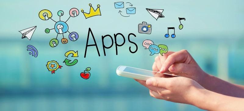 mano con teléfono móvil y dibujos infantiles de apps