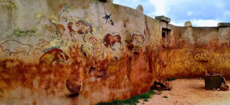 Muro con arte rupestre en el Centro de Arqueología Experimental de Atapuerca (Burgos).