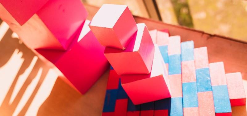 Juegos de madera de colores apilados unos sobre otros