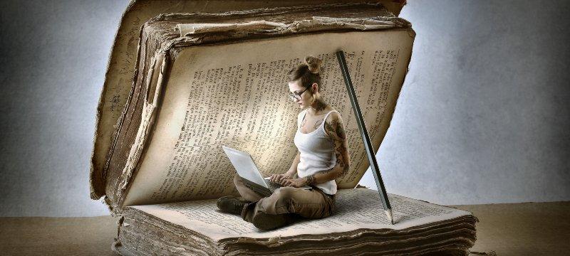 Una mujer estudiando historia a través de las nuevas tecnologías.