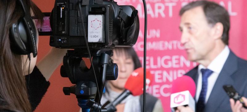 Imagen de una cámara de televisión que enfoca al rector de la Universidad Isabel I, Alberto Gómez Barahona