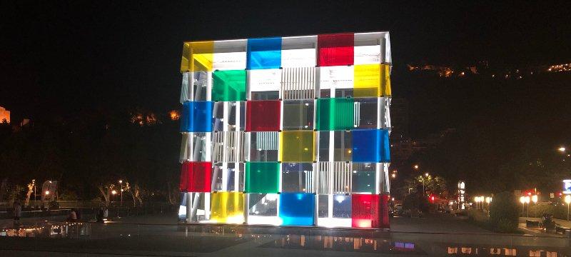 Centro Pompidou de Málaga de noche.