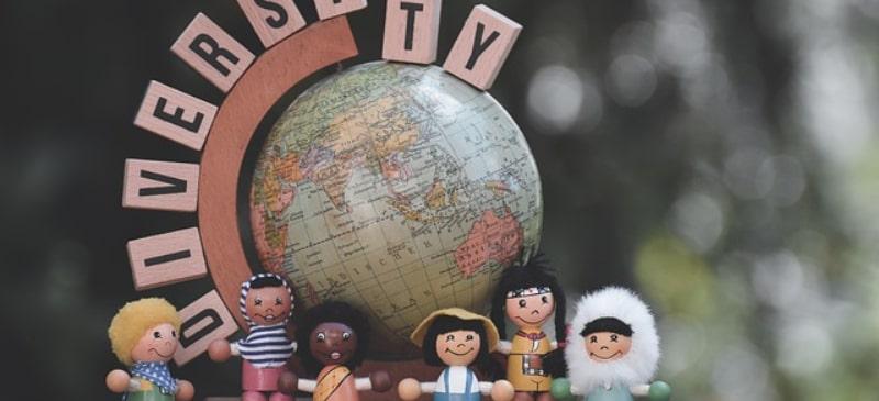 muñecos de todo el mundo con una bola del mundo detrás y las letras university