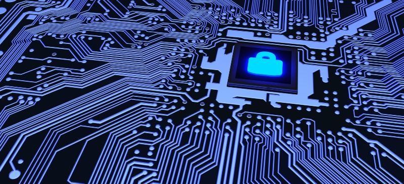 Chip imformático encendido dentro de un circuito con un candado en medio, explicando el concepto de ciberseguridad