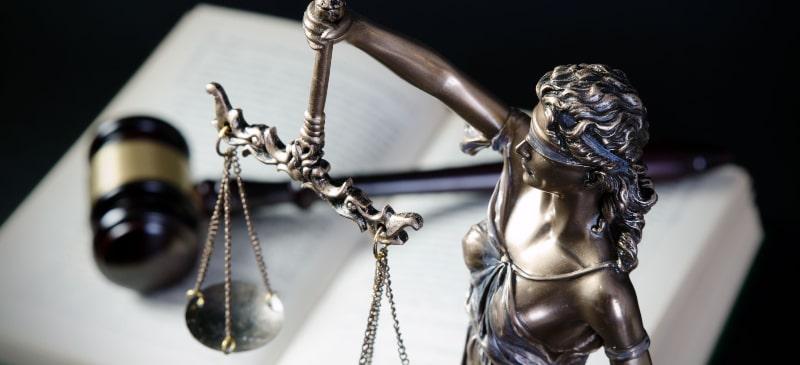 La balanza de la justicia con un libro y una maza