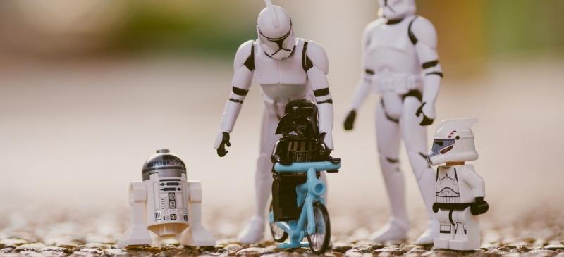 Figuras de la guerra de las galaxias en muñecos de plástico simulando una familia de paseo