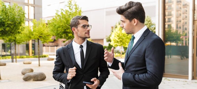 Dos empresarios valorando una iniciativa empresarial en plena calle