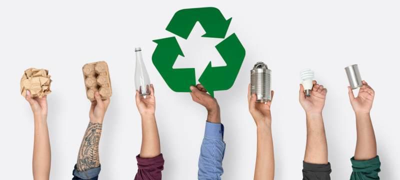 Siente manos sosteniendo en alto productos para reciclar.