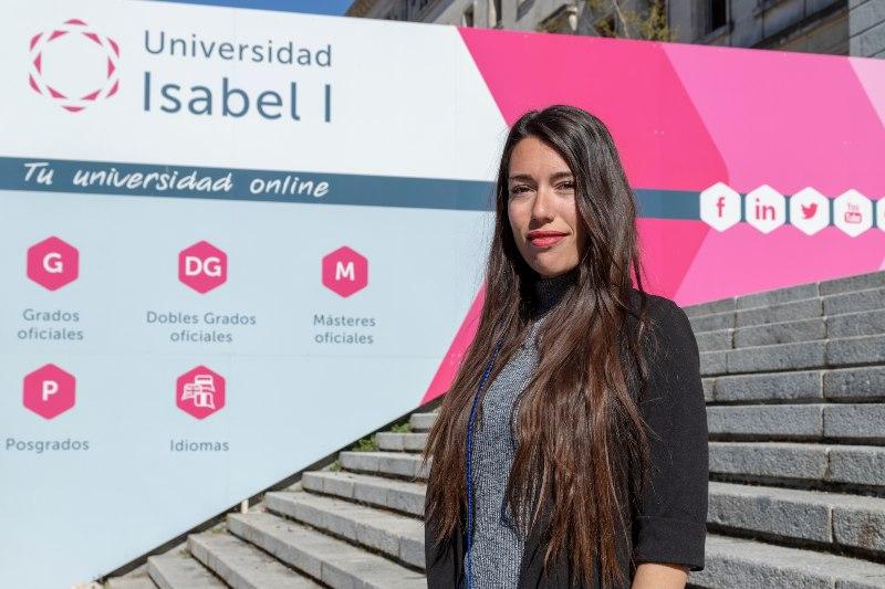 Cristina Romero en la escalinata de la universidad