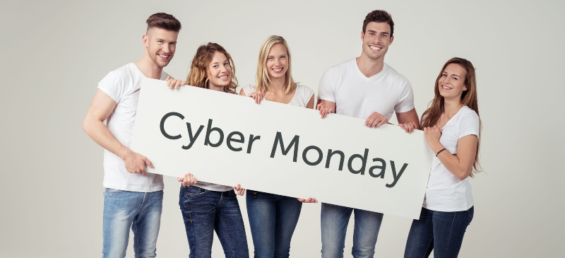 Cyber Monday chicos que sujetan un cartel