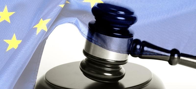 Derecho de la Unión Europea, maza de juez y bandera con estrellas de la unión