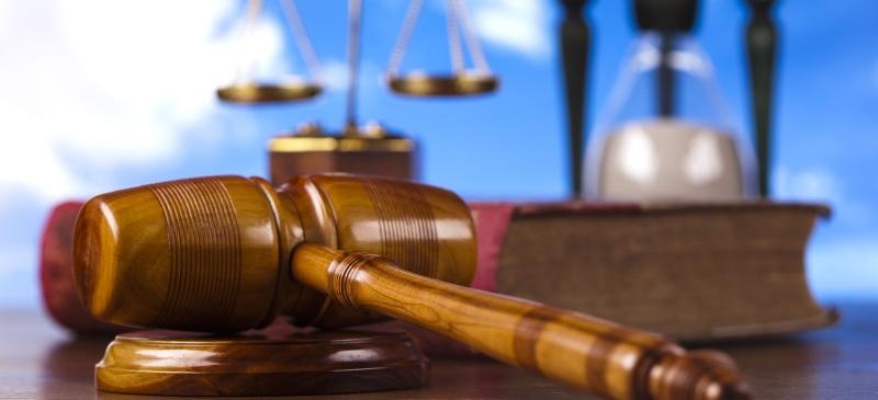 Maza de derecho, balanza y reloj de arena para hablar del tiempo para cumplir una sentencia.