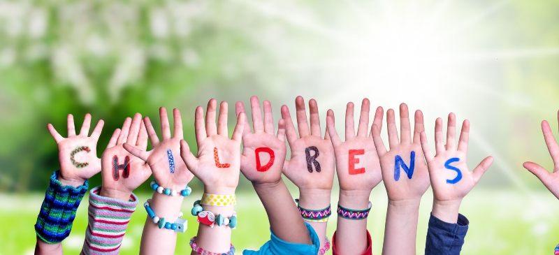 manos de niños en la que se lee en inglés childrens, niños