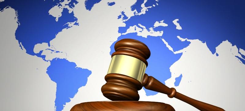 mazo de justicia y fondo del mundo, como símbolo de los derechos humanos