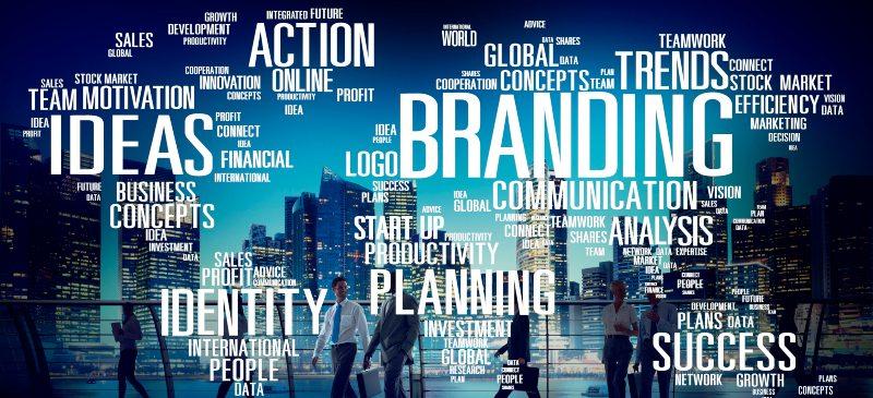 Día mundial de la publicidad. Sobre un fondo de personas, aparecen palabras relacionadas con la publicidad en inglés