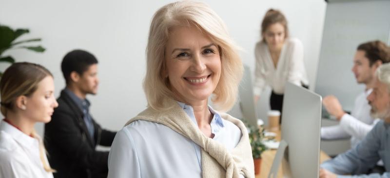 Directora de Recursos Humanos en una empresa, en una reunión