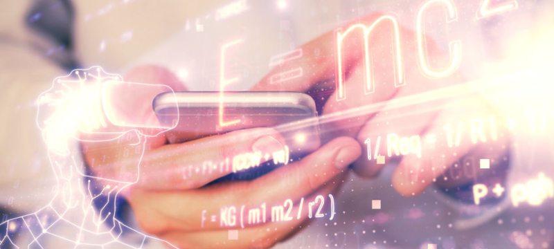 Dos manos sujetando un teléfono móvil y la sobreimpresión de fórmulas matemáticas en la imagen.