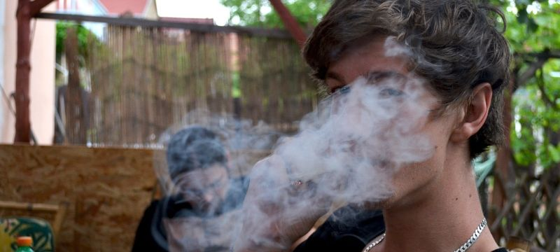 Joven consumiendo cannabis