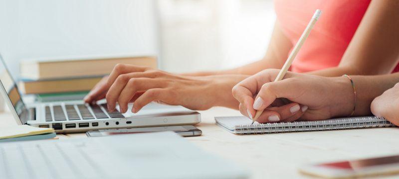 Alumnos estudiando con el ordenador, el movil y la tablet