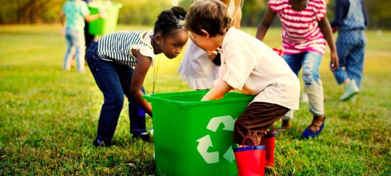 Niños recogiendo y reciclando envases