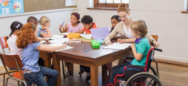 Clase de inclusión con un niño en silla de ruedas.