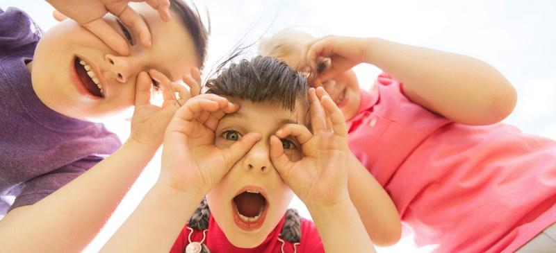 Niños haciendo burla a la cámara