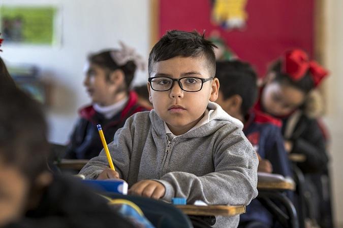 Un niño pequeño en clase