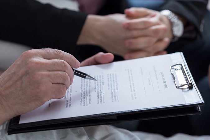Una persona revisa su testamento para firmarlo