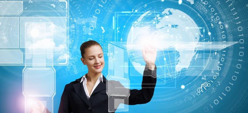Mujer sonriendo a un mapa del mundo virtual que destaca la importancia de las TIC