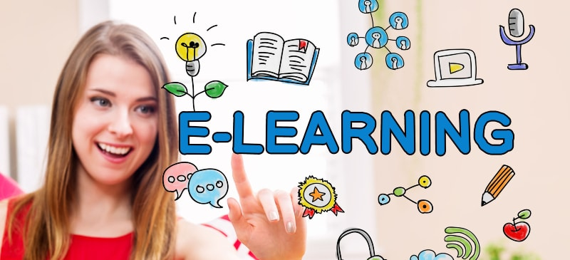 chica sonriendo ante una pantalla donde hay dibujos de e-learning y la palabra escrita