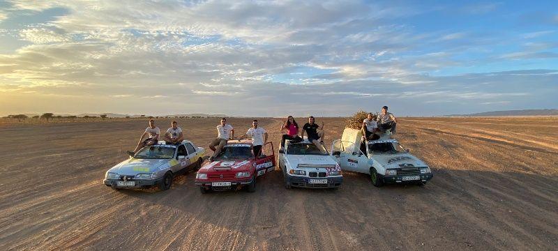 Foto junto a otros participantes en el Uniraid 2020.