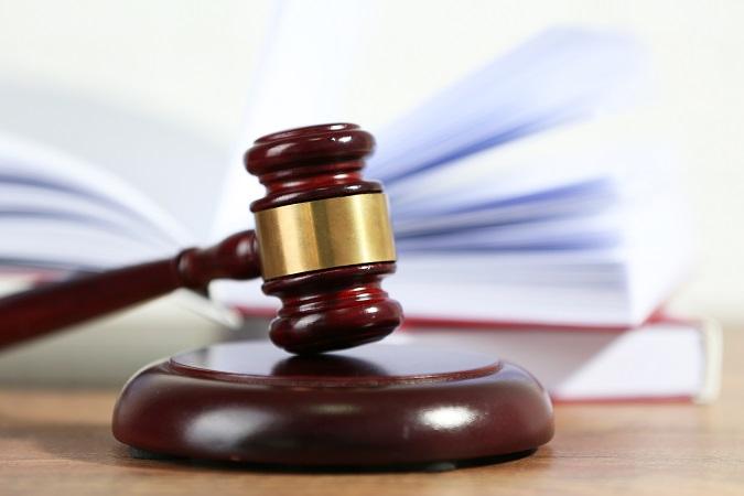 Un mazo y unos manuales de Derecho