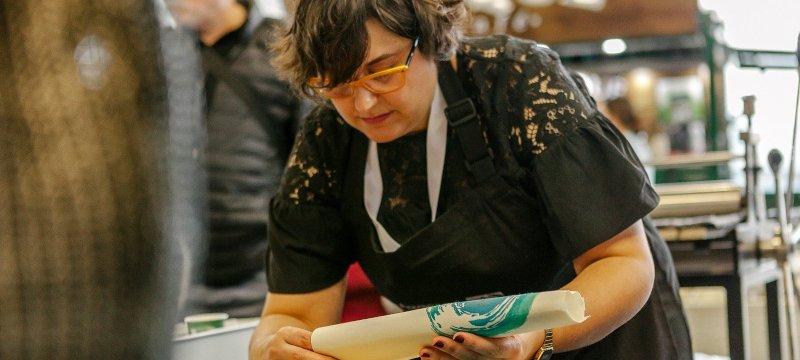 Imagen de Fabiola Gil, quien ofrecerá un taller dedicado a la xilografía japonesa.