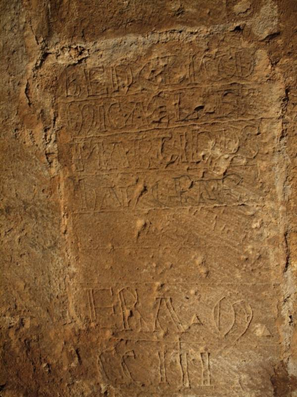 Inscripción esgrafiada; inconclusa. San Millán de Lara (Burgos). Autor: A. García Morilla.