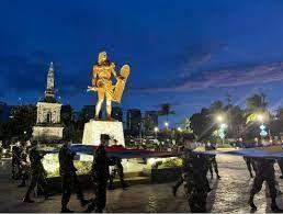 Figura 6. Monumento a Magallanes (izda.) y estatua de Cilapulapu (dcha.) en Mactán.  Fuente: goodnewsfilipinas.com.
