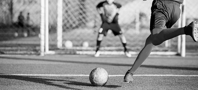 tiro de penalti en blanco y negro