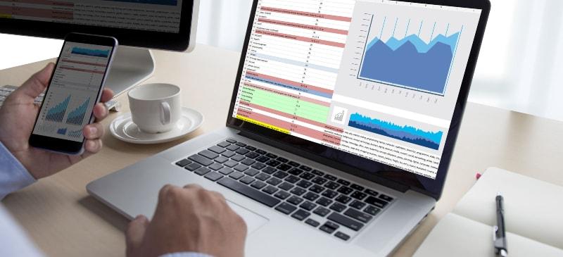manos con un ordenador y un correo con un análisis de datos