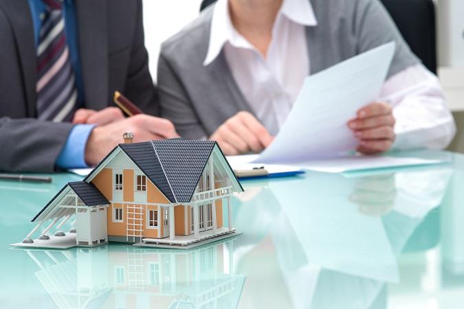 Una pareja firma los papeles de la hipoteca