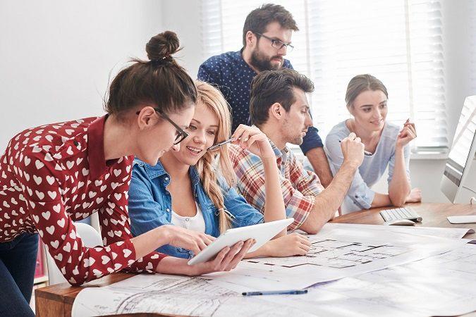 Equipo de hombres y mujeres trabajando en un nuevo proyecto