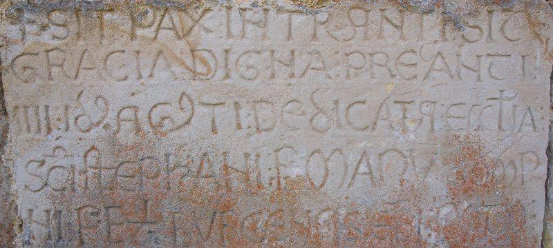 Inscripción de la iglesia de San Esteban en Villamartín de Sotoscueva en Burgos.