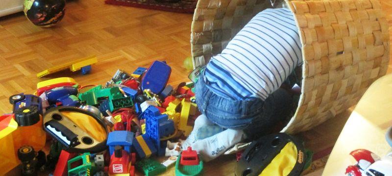 Niño buscando juguetes en un cesto