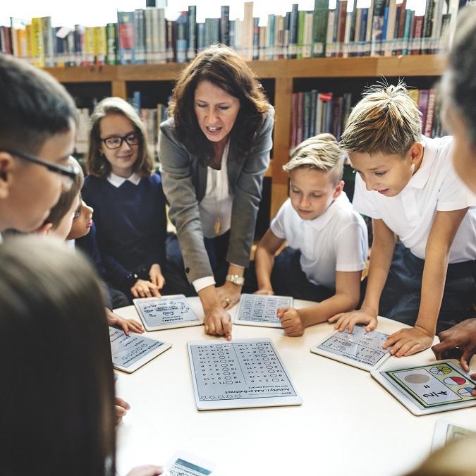 Una maestra dando clase a sus alumnos