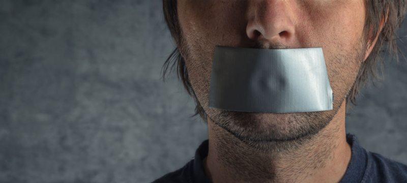 Hombre con la boca tapada por cinta aislante